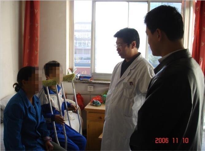 2006年11月团支部向贫困小患者捐款
